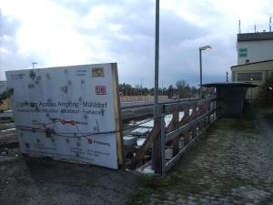Im Bild: Ausrangierte Tafel vom Ampfinger Spatenstich im April 2007; Die Tafel war so marode, dass sie während der Baumaßnahmen getauscht werden musste