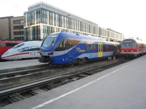 """Links ein ICE, in der Mitte der Zug """"Meridian"""" nach Rosenheim und rechts die alten Wägen der Mühldorfer Südostbayernbahn"""